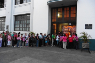 Gritería Chiquita - line to receive treats from a church with a reputation of giving good treats